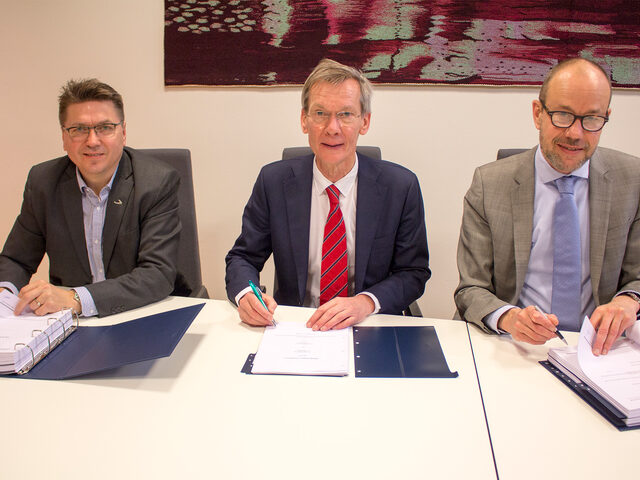 Contract signing on 24 January 2017. Ulstein and Acta, from left managing director at Ulstein Verft, Kristian Sætre, and managing directors at Acta Marine, Rob Boer and Govert Jan van Oord.