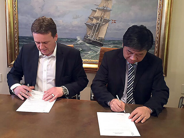 Signing of the SunStone Expedition Cruise Ship contract, from left commercial director Lars Ståle Skoge and CMHI Deputy General Manager Mr. Zhu Guiming.