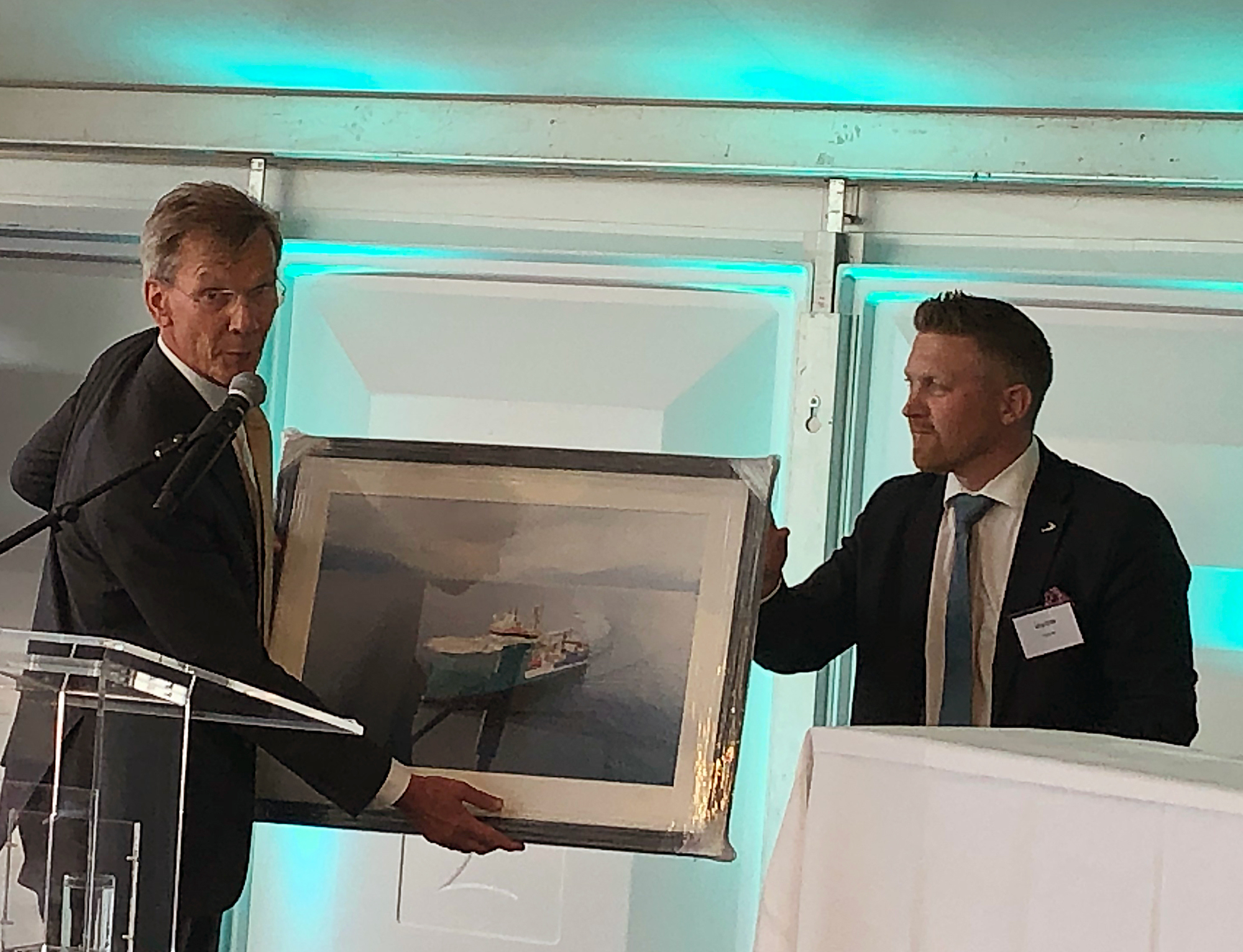 Rob Boer, head of Acta Marine, received a photo of the 'Acta Centaurus' from Ulstein Verft's Trond Skodjevåg Bø at the naming ceremony.